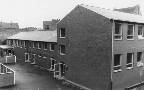 Vestre Skole nyere del - set fra skolegården